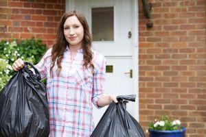 почему нельзя выносить мусор из дома вечером